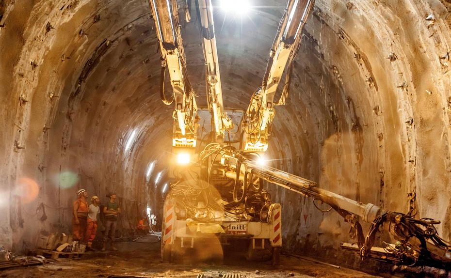 """Das Monster und der Tunnel. Riesenbohrmaschine bei der Arbeit, hier nahe dem Süditoler Ort Mauls: """"Aus volkswirtschaftlicher ist der Tunnel eine Katastrophe."""""""